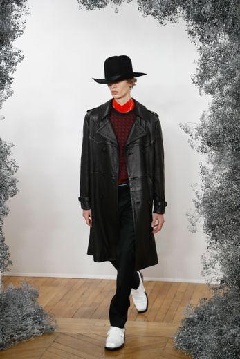 Chez Givenchy, l'homme est tour à tour chic, glamour, ou rock, et n'hésite pas à porter un long manteau en cuir, avec chapeau et bottines à bout carré. Paris, le 16 janvier 2020.