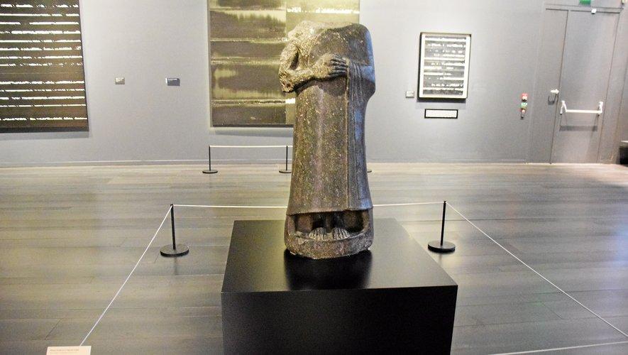 La statue acéphale de Gudea est une oeuvre majeure, provenant de la collection du musée du Louvre.