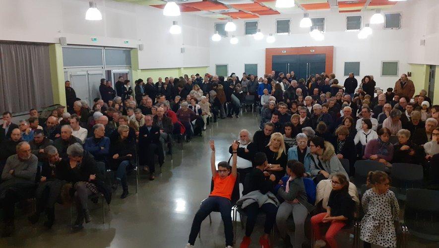 Un public venu très nombreux saluer le maire , et changer les vœux et assister au grand spectacle de  Cabaret