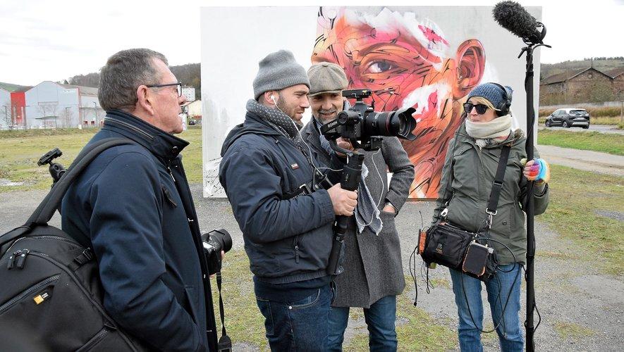 Lionel Feuerstein, au centre, aux côtés du cameraman Giona Messina et de Calire Combaluzier.