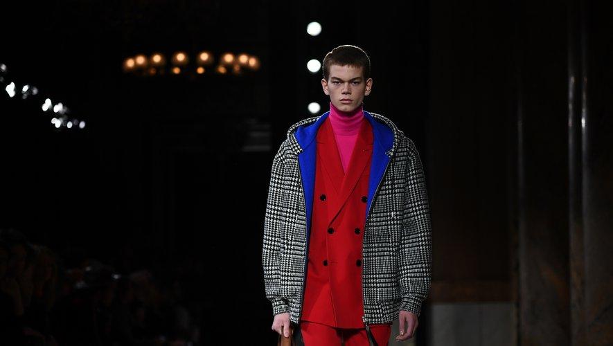 """Les motifs classiques sont exagérés. Un manteau pied-de-poule est ainsi bleu vif à l'intérieur, un autre, Prince de Galles est en bandes de cuir noir et vert, couleur """"intimement liée au sportswear""""."""