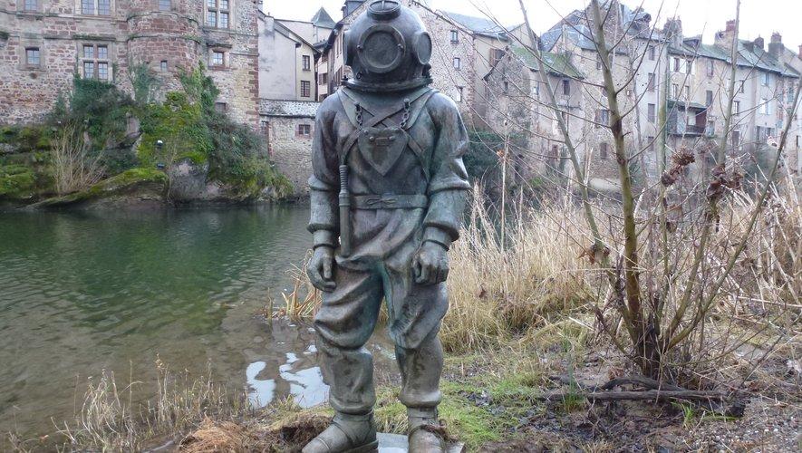À défaut de statue des inventeurs à Espalion un scaphandrier orne les berges du Lot.