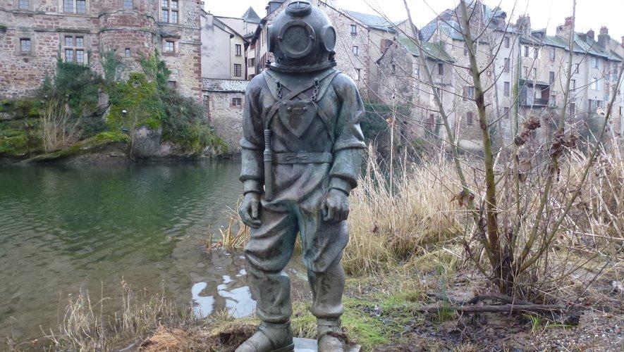 À défaut de statuedes inventeurs à Espalion,un scaphandrier orneles berges du Lot.