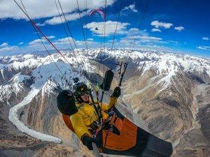 En compétition, Antoine Girard est parti en Himalaya dans un projet marche et vol, pour relier 5 sommets de plus de 8 000 en parapente, en totale autonomie.