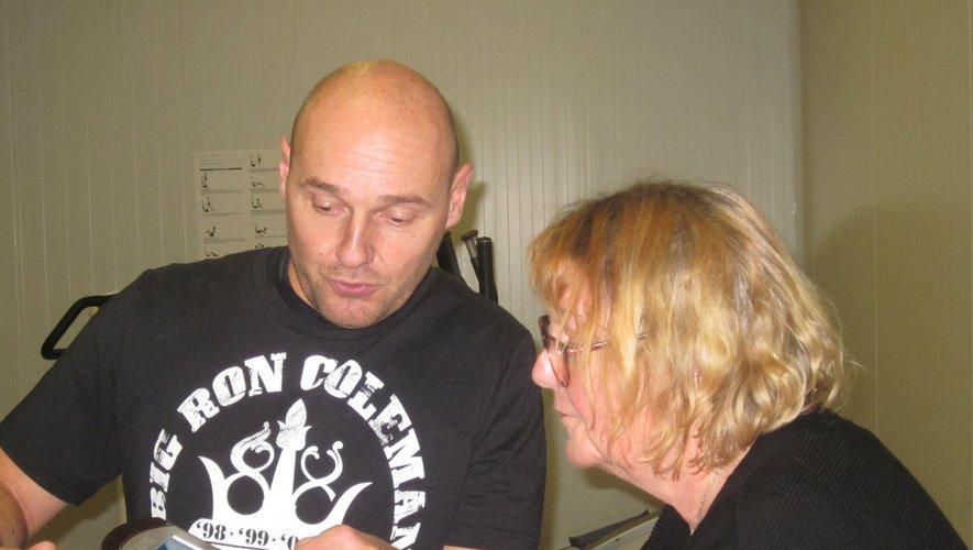 Ludovic explique à une visiteuse que le vélo de salon peut mener loin, et pourquoi pas au bout de soi-même.