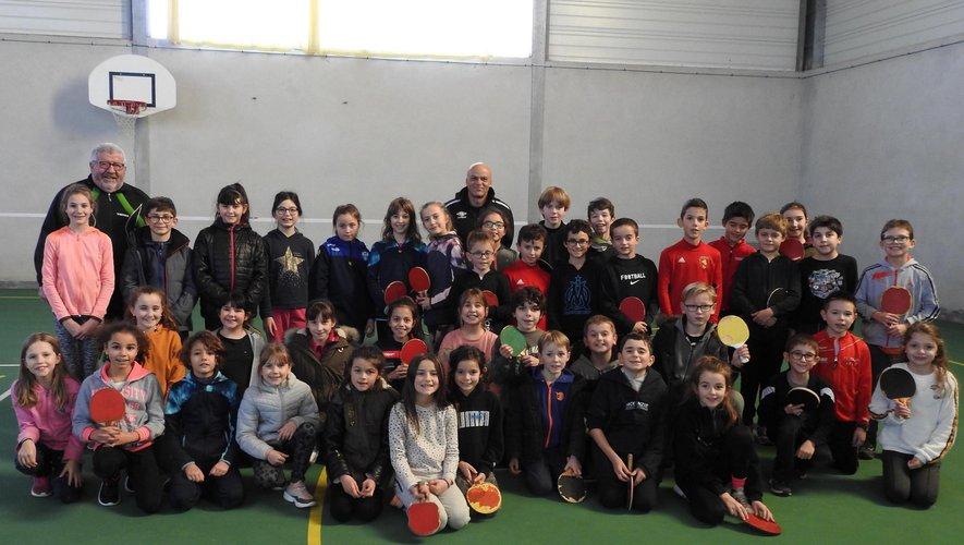 Quarante-deux écoliers sont initiés à la pratique du tennis de table.