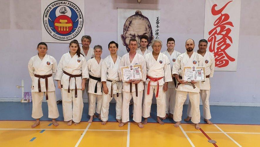 La délégation aveyronnaise, avec au centre Vivian Rocoplo, et sur la droite Sylvian Arnould, président du club d'Espalion, également nouvelle ceinture noire.