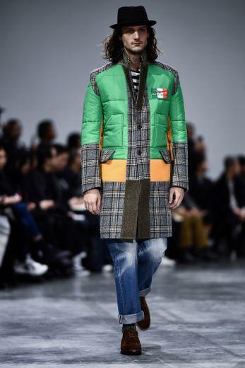 Junya Watanabe Man mise sur des vêtements hybrides avec un savant mix de matières et de couleurs pour une silhouette masculine à la fois élégance et urbaine. Paris, le 17 janvier 2020.