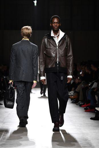 Ce sont des silhouettes épurées que présente la maison Hermès pour l'automne-hiver 2020 avec du cuir bien sûr mais également des costumes en flanelle. Paris, le 18 janvier 2020.
