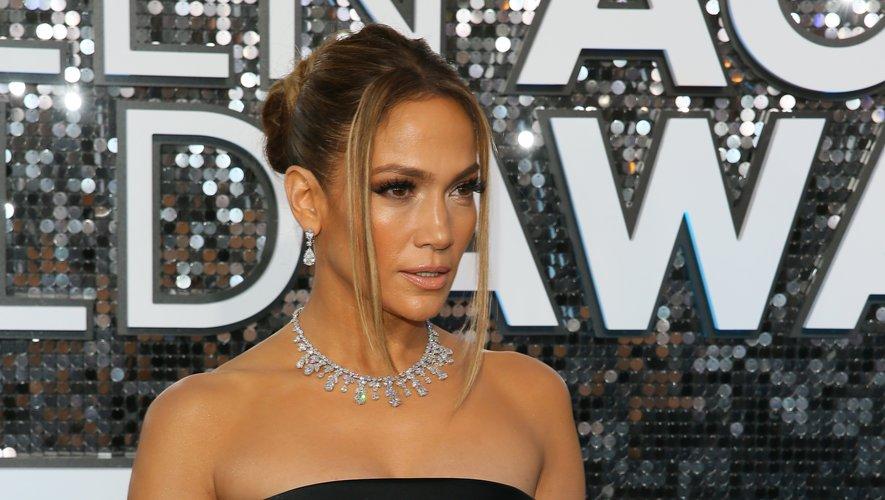 Coiffée un chignon mi-haut, Jennifer Lopez apparaît radieuse. Deux mèches encadrent le visage dans un style très années 90. Le maquillage aux tons cuivrés accentue la sophistication du résultat.