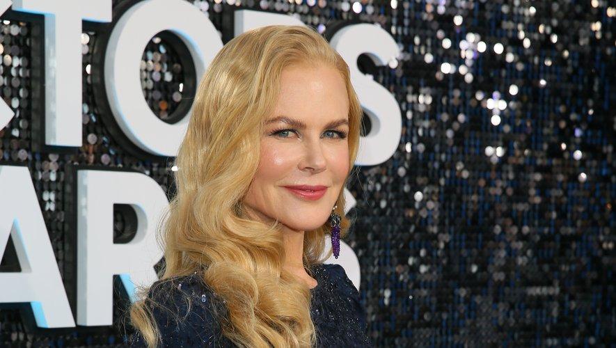 Le teint rayonnant et la chevelure ondulée de Nicole Kidman lui offrent un look tout en douceur.