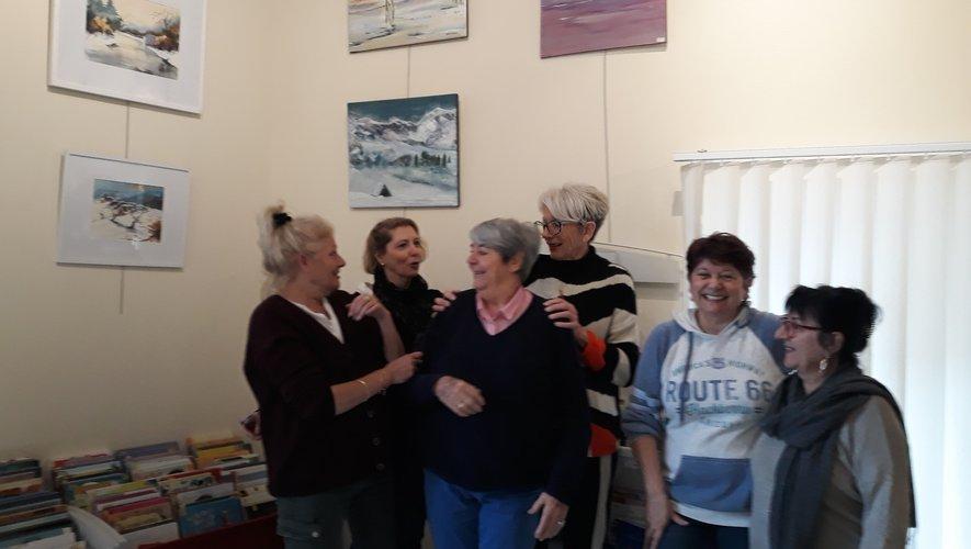 Les animatrices du club avec au centre Josette Costes, présidente (pull rayé) posant devant leurs réalisations.