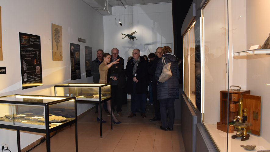 Anne-Solange Arjeau présente l'expo aux élus.