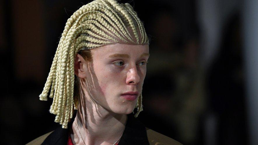 Comme des Garçons a créé la polémique en optant pour une perruque tressée censée faire référence, selon Julien d'Ys, à la thématique du 'prince égyptien'.