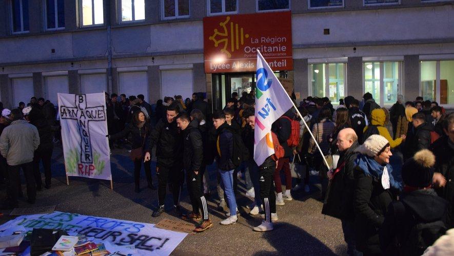 Depuis 7h30 ce mardi matin, une quarantaine de professeurs des lycées Monteil et Foch sont mobilisés devant l'entrée du lycée Monteil.