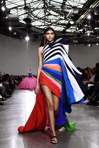 La fantaisie prend le dessus chez Schiaparelli avec des robes asymétriques multicolores, souvent plissées. Paris, le 20 janvier 2020.