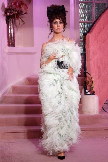 L'héroïne Ulyana Sergeenko ne manque pas de fun et de fantaisie et déambule dans des robes de soirée entièrement recouvertes de plumes. Paris, le 20 janvier 2020.