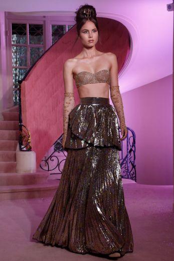 Les tissus précieux d'Ulyana Sergeenko se parent d'or et de scintillances pour un rendu encore plus glamour. Paris, le 20 janvier 2020.