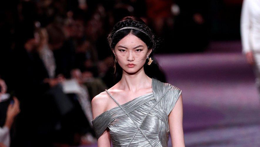 Asymétrie, plissés et drapés dominent la collection haute couture de la maison Dior qui utilise des tresses et des cordages pour agrémenter ces tenues de déesses. Paris, le 20 janvier 2020.