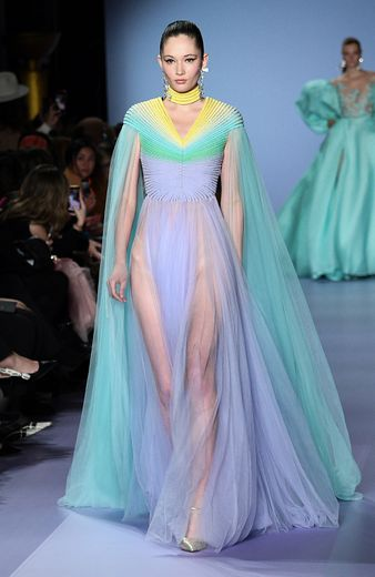 Certaines robes sont plus fluides et vaporeuses chez Georges Hobeika et se déclinent dans de multiples couleurs pastel. Paris, le 20 janvier 2020.