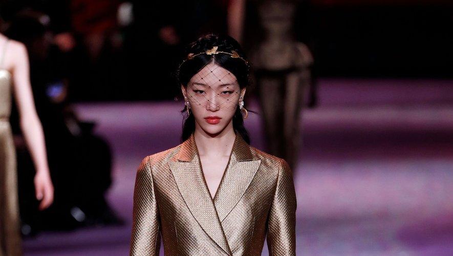 Chez Dior, les costumes semblent avoir été conçus dans des tissus plus lourds, presque masculins, et sont sublimés par une palette faite de bronze et d'or. Paris, le 20 janvier 2020.