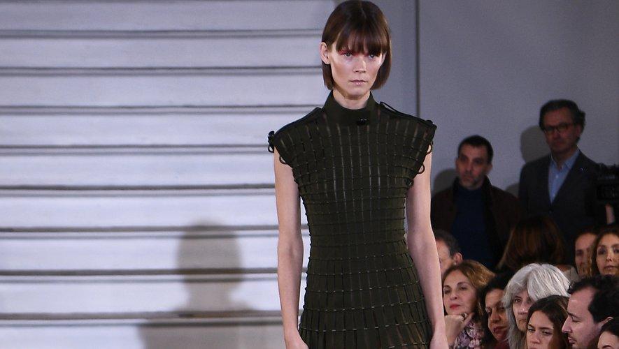 Les robes dites cages font partie intégrante du défilé Maison Rabih Kayrouz et se déclinent dans une palette variée. Paris, le 20 janvier 2020.