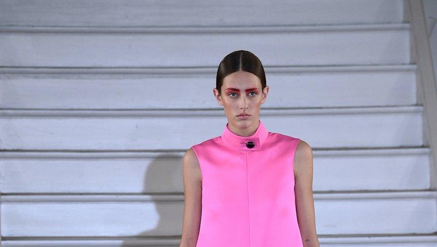 Maison Rabih Kayrouz présente une garde-robe plus épurée avec un accent porté sur ce rose vibrant, accentué par un fard à paupière de la même couleur. Paris, le 20 janvier 2020.