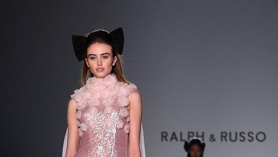Pour le soir, les mannequins arborent des robes tout en scintillance agrémentées de tulle avec élégance et glamour chez Ralph & Russo. Paris, le 20 janvier 2020.