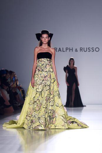 Ralph & Russo a puisé dans ses archives pour cette collection qui rend bien évidemment hommage à la fluidité et aux fleurs. Paris, le 20 janvier 2020.