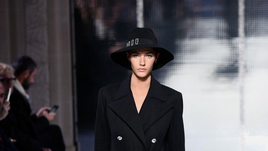 Azzaro fait rimer élégance avec simplicité et fonctionnalité pour sa nouvelle collection comme le montre ce long manteau pourvu de larges poches. Paris, le 20 janvier 2020.