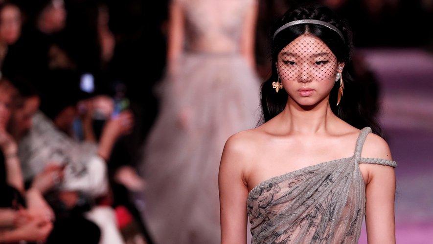 Un trait d'eyeliner moderne et un teint sans défaut suffisent à faire sensation chez Dior.