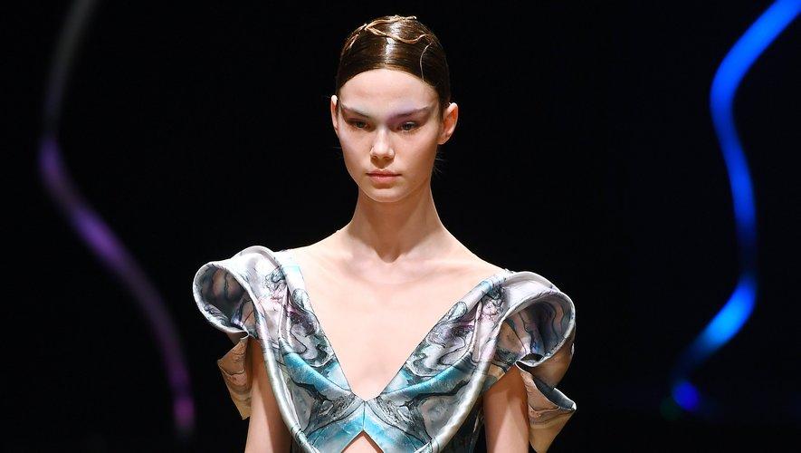 """La collection """"Sensory Seas"""" d'Iris Van Herpen s'accompagne de coiffures lustrées aux mèches entortillées."""