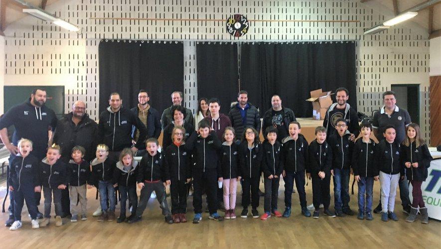Les judokas ont reçu leur nouvelle tenue grâce aux généreux donateurs.