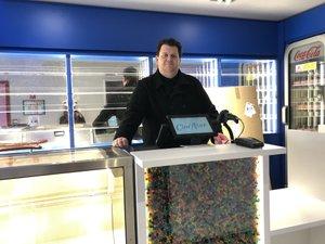 Sébastien Tacquet dans le hall d'accueil bleu.