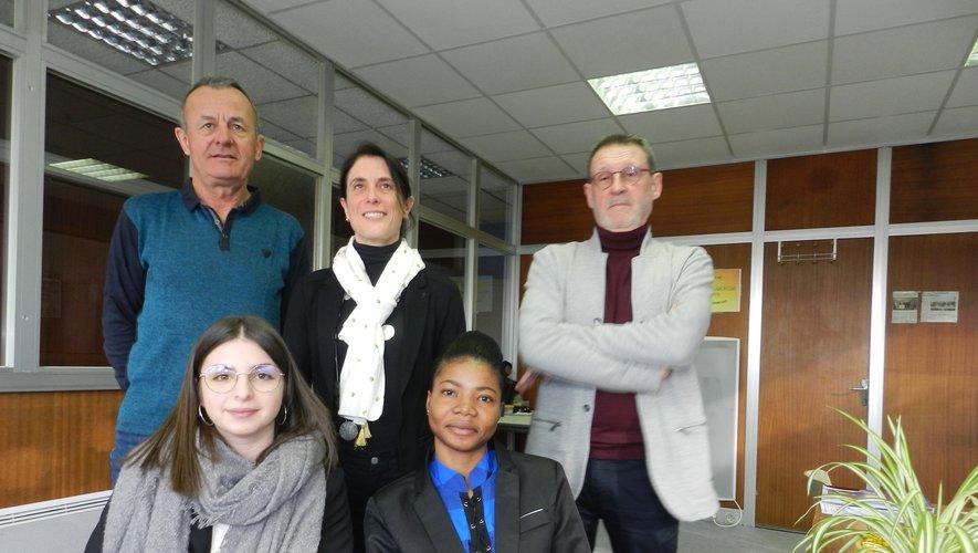Deux étudiantes de Raymond Savignac, Ablavi Aziakou et Laurine Giraudon, avec leur professeur et des responsables du comité foire.