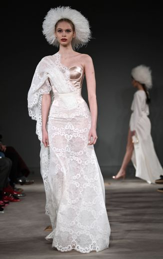 Pure et chic, la collection d'Alexis Mabille est un retour aux sources, aux origines de la haute couture, avec un accent porté sur le corset, très présent. Paris, le 21 janvier 2020.