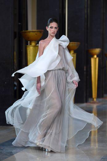 La fluidité est au rendez-vous chez Stephane Rolland, dont la collection évoque les robes orientales avec un travail sur les volumes et les coupes. Paris, le 21 janvier 2020.