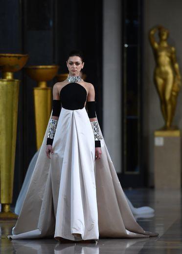 Les mannequins avancent telles des princesses de l'Orient chez Stephane Rolland, dans des robes à la fois sobres et d'une élégance à couper le souffle. Paris, le 21 janvier 2020.