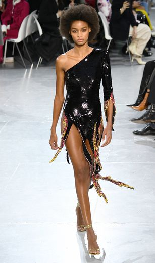 On retrouve également les tenus ultra sexy d'Alexandre Vauthier avec des mini robes asymétriques qui s'achèvent en lanières, recouvertes de sequins. Paris, le 21 janvier 2020.