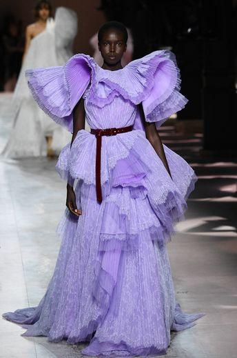 Les volumes des robes sont eux aussi travaillés pour évoquer des fleurs vivantes chez Givenchy. Paris, le 21 janvier 2020.