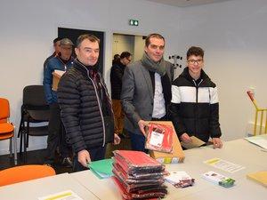 Le conseiller régional Stéphane Bérard  (au centre)  remet loRdi à Yohan, un lycéen ruthénois.