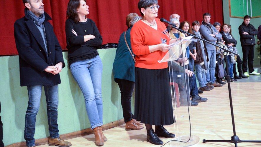 Anne Gaben-Toutant entourée du conseil municipal et du personnel communal.