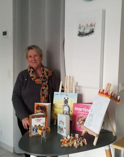 Suzette, une des bénévoles d'or de Laissac-Sévérac-l'Église, organise régulièrement des animations autour des livres et chansons d'autrefois, au centre social.