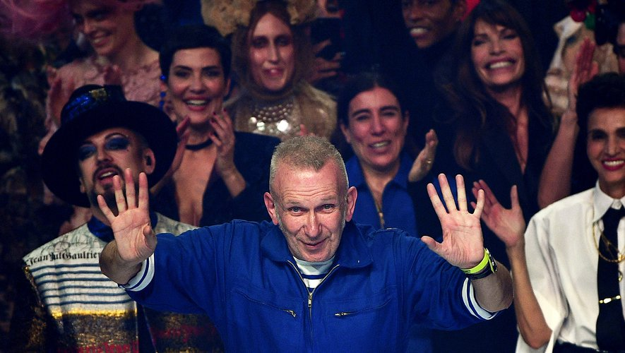 """Jean Paul Gaultier, l'enfant terrible de la mode a raccroché ses ciseaux en célébrant 50 ans de carrière avec une collection haute couture """"recyclée"""" dans son dernier défile féerique à Paris."""