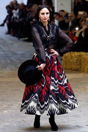 Ce sont des femmes de caractère qui déambulent chez Franck Sorbier, arborant des jupes et robes amples aux motifs graphiques évoquant le Mexique. Paris, le 22 janvier 2020.