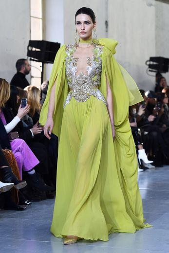 En véritables princesses, les femmes Elie Saab avancent dans des robes fluides aux manches très travaillées tout en finesse. Paris, le 22 janvier 2020.