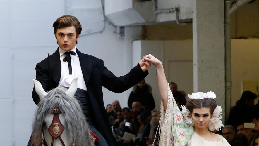 Le Mexique est également présent à travers les grands châles à franges et les volumes chez Franck Sorbier, qui a proposé un véritable spectacle avec des cheveux majestueux. Paris, le 22 janvier 2020.