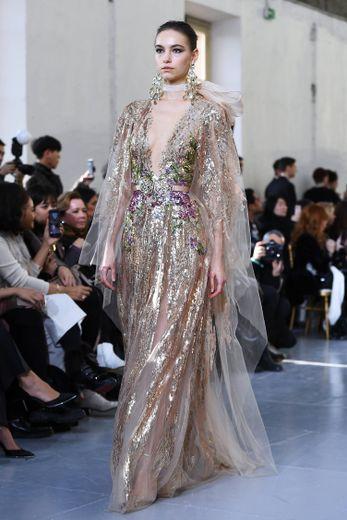 Le Mexique est également à l'honneur chez Elie Saab mais évoqué d'une autre manière avec ces longues robes brodées de sequins, de fleurs, et de perles, brillant de mille feux. Paris, le 22 janvier 2020.