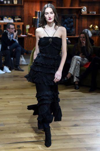 La simplicité accentue le chic des robes de Julie de Libran, qui propose des modèles noirs agrémentés de volants, un brin rétro. Paris, le 22 janvier 2020.