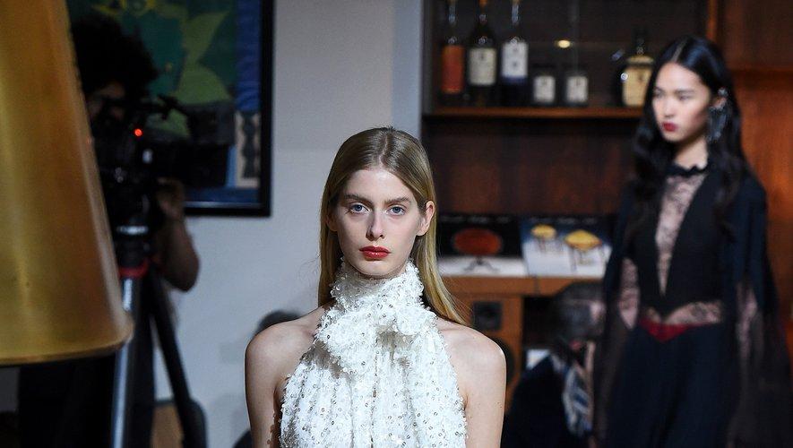 Julie de Libran combine élégance et glamour en toute simplicité avec des robes qui, pour la plupart, ont été conçues avec une approche éco-responsable. Paris, le 22 janvier 2020.